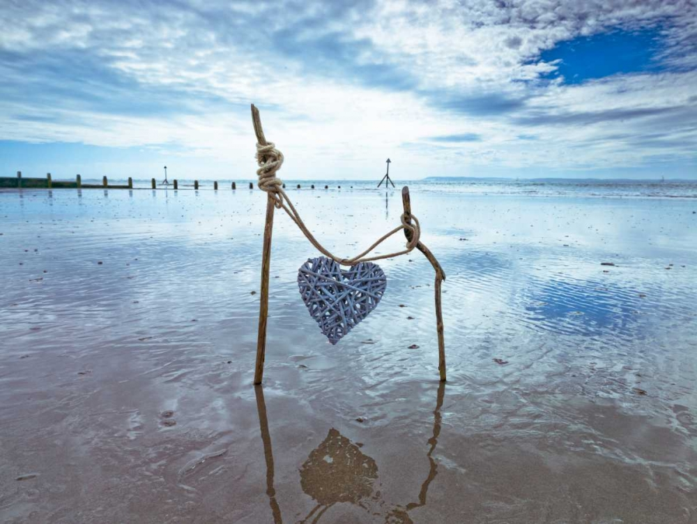 Heart tied up on wooden sticks at the beach Frank, Assaf 103401